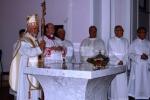 010-vescovo_e_sacerdoti_davanti_all-altare.jpg