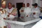 014-il_vescovo_benedice_il_nuovo_altare.jpg